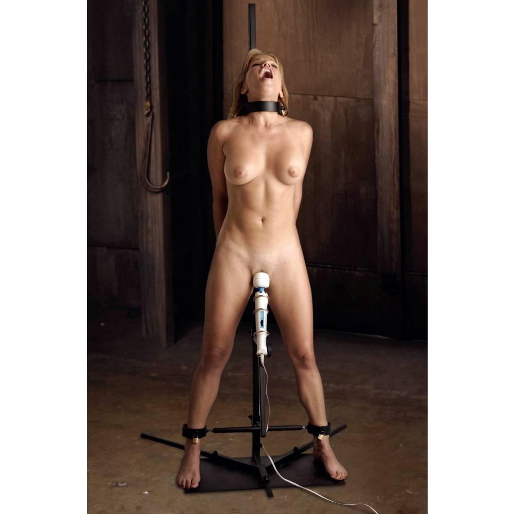 Soumise nue attachée avec un vibromasseur forcée à jouir